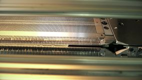 Rewinding maszynowy działanie przy dziewiarskim fabrycznym widokiem zbiory