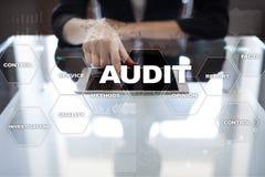 Rewizja biznesu pojęcie audytor zgodność Wirtualnego ekranu technologia Fotografia Royalty Free