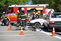 Rewizja i akcja ratownicza podczas kraksy samochodowej Obrazy Stock