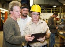 rewizja pracownicy fabryczni wewnętrzni zdjęcia royalty free