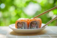 Rewolucjonistek rybie i krewetkowe suszi rolki słuzyć na talerzu outdoors Obraz Stock