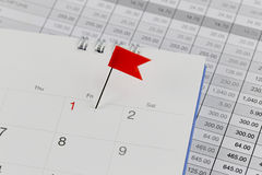 Rewolucjonistek szpilki żbiki na kalendarzu obok numerowego czerwonego koloru Zdjęcia Stock