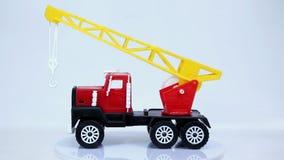 Rewolucjonistka żurawia zabawkarska ciężarówka z haczyka wzorcowym samochodem wiruje na białym tle zbiory wideo
