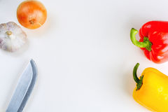Rewolucjonistka, żółci pieprze, cebula, czosnek i nóż na białym tle, odgórny widok Obrazy Stock