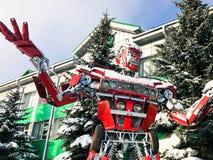 Rewolucjonistka żelaznego metalu fantastyczny, futurystyczny humanoid robot od samochodu z rękami duży silny niebezpieczny, i gło obraz royalty free
