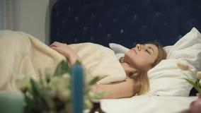 Rewolucjonistka alarm brzmi dziewczyna śpi daleko i dalej zbiory
