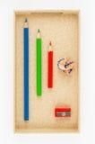 Rewolucjonistka, błękit, zieleni ołówki i ostrzarka w perfect rozkazie, kłamamy w kartonie zdjęcia stock