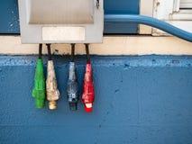 Rewolucjonistka, biel, błękit i czerwoni przemysłowi władza kable zawieszający, zdjęcia stock