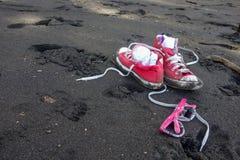 Rewolucjonistka buty i dziewczyna okulary przeciwsłoneczni na Waipio piaska Dolinnej czarnej plaży, Hawaje Zdjęcia Royalty Free