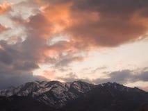 Rewolucjonistka chmurnieje zmierzch nad śnieżnymi górami Fotografia Royalty Free