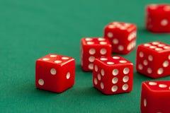 Rewolucjonistka dices na zielonym grzebaka hazardu stole w kasynie Pojęcia online uprawiać hazard zdjęcie royalty free