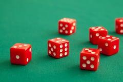 Rewolucjonistka dices na zielonym grzebaka hazardu stole w kasynie Pojęcia online uprawiać hazard fotografia stock