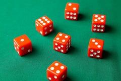 Rewolucjonistka dices na zielonym grzebaka hazardu stole w kasynie Pojęcia online uprawiać hazard obrazy royalty free