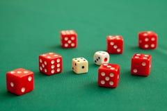 Rewolucjonistka dices na zielonym grzebaka hazardu stole w kasynie Pojęcia online uprawiać hazard obraz stock