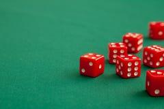Rewolucjonistka dices na zielonym grzebaka hazardu stole w kasynie Pojęcia online uprawiać hazard Odbitkowa przestrzeń dla teksta zdjęcie stock
