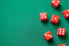 Rewolucjonistka dices na zielonym grzebaka hazardu stole w kasynie Pojęcia online uprawiać hazard Odbitkowa przestrzeń dla teksta obraz stock