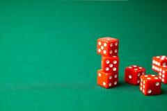 Rewolucjonistka dices na zielonym grzebaka hazardu stole w kasynie Pojęcia online uprawiać hazard Odbitkowa przestrzeń dla teksta obrazy royalty free