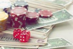 Rewolucjonistka Dices pieniędzy układy scalonych i Uprawiać hazard karty zdjęcie royalty free