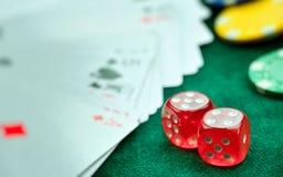 Rewolucjonistka Dices pieniędzy układy scalonych i Uprawiać hazard karty fotografia stock