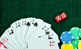 Rewolucjonistka Dices pieniędzy układy scalonych i Uprawiać hazard karty zdjęcia royalty free