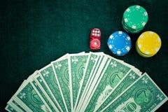 Rewolucjonistka Dices pieniędzy układy scalonych i Uprawiać hazard karty zdjęcie stock