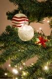 Rewolucjonistka i białe boże narodzenia drzewni z ornament piłkami zdjęcia stock