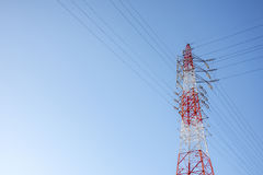 Rewolucjonistka i biel depeszowaliśmy Elektrycznego kabla Telekomunikacyjną poczta z niebieskiego nieba tłem, technologii pojęcie Obraz Royalty Free