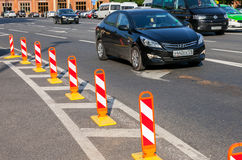 Rewolucjonistka i biel paskowaliśmy ostrożność drogowego znaka przy miasto ulicą Traf Zdjęcia Royalty Free