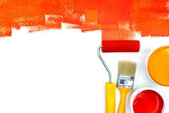 Rewolucjonistka i mieszkanie widok pomarańczowy farby puszki, muśnięcia i rolownika, Obraz Stock