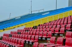 Kolorowi siedzenia przy trybuną Zdjęcie Stock