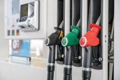 Rewolucjonistka koloru paliwa benzyny aptekarki zielony czarny tło Zako?cze? paliwowi nozzles na benzynie i oleju nap?dowym zdjęcie stock