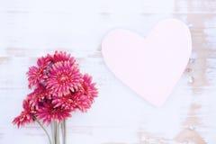 Rewolucjonistka kwiaty i drewniany serce na bielu stole Fotografia Stock
