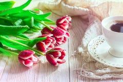 Rewolucjonistka kwitnie tulipany i cuf kawa na lekkim backgroung bed jego lekkiego mężczyzna ranek dosypianie Fotografia Royalty Free
