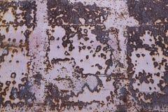 Rewolucjonistka malująca metal powierzchnia z ampuły rdzy plamami jako tło zdjęcie stock