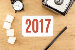 Rewolucjonistka 2017 nowy rok liczba na Drewnianym Stołowym wierzchołku z papierową kartą, ałuny Zdjęcie Stock