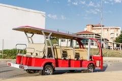 Rewolucjonistka otwarty zwiedzający turystyczny minibus zostaje wzdłuż chodniczka w Byala, Bułgaria fotografia stock