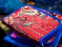 Rewolucjonistka paskował torebkę skrzynka z błękitną krawędzią - portfel - Zdjęcia Royalty Free