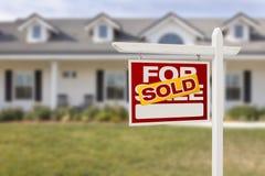 Rewolucjonistka Sprzedająca Dla sprzedaży Real Estate domu i znaka Zdjęcia Royalty Free