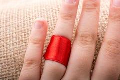 Rewolucjonistka sznurek wiążący wokoło ringowego palca zdjęcia royalty free
