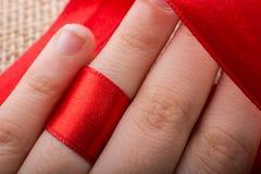 Rewolucjonistka sznurek wiążący wokoło ringowego palca obraz stock