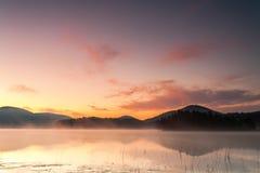 Rewolucjonistka świt mglistym jeziorem Zdjęcia Royalty Free