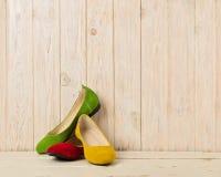 Rewolucjonistka, zieleń i żółtych kobiet ` s, kujemy baleriny na drewnianym backg Fotografia Royalty Free