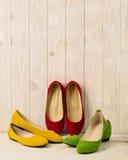 Rewolucjonistka, zieleń i żółtych kobiet ` s, kujemy baleriny na drewnianym backg Zdjęcie Royalty Free