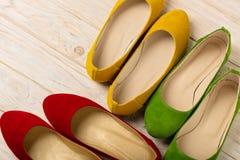 Rewolucjonistka, zieleń i żółtych kobiet ` s, kujemy baleriny na drewnianym backg Zdjęcia Stock