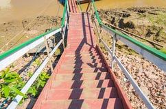 Rewolucjonistki, białych i zielonych schodki na brzeg rzeki, Zdjęcie Royalty Free