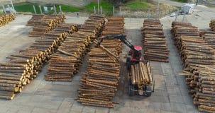 Rewolucjonistki ciężarówka z manipulantem rozładowywa bele, pracy wyposażenie przy woodworking fabryką zdjęcie wideo