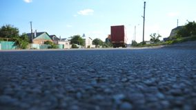 Rewolucjonistki ciężarówka iść przy asfaltową drogą Samochód jedzie przy autostradą w lato wieczór Ruchu drogowego zamknięty up D zbiory
