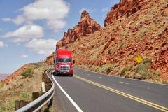 Rewolucjonistki ciężarówka na drodze i skały w tle Obrazy Royalty Free