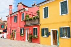 Rewolucjonistki i koloru żółtego domy w Burano wyspie Fotografia Stock