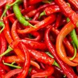 Rewolucjonistki i zieleni chili pieprzu tło Zdjęcia Stock